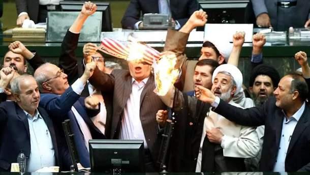 В парламенте Ирана сожгли флаг США