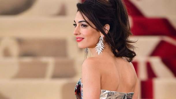 Дизайнер объяснил, почему Амаль Клуни надела штаны на красную дорожку Met Gala