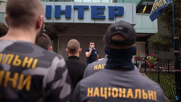 Радикалы продолжают перекрыть вКиеве канал «Интер» из-за концерта коДню Победы