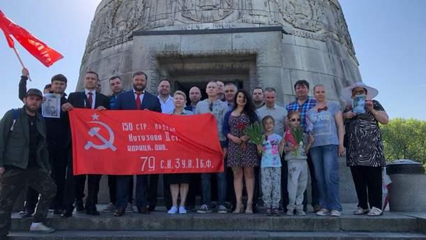 Добкин позировал с красным флагом в Берлине