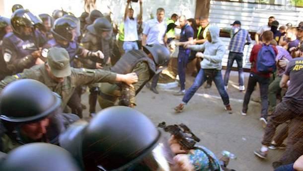 Столкновения между активистами и силовиками под домом Левочкина в Козине под Киевом