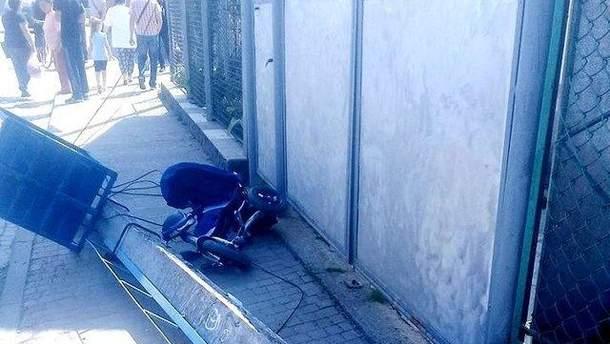 На Закарпатье бетонный столб упал на 1,5-годовалый мальчика: ребенок погиб