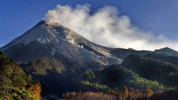 Украинцам рекомендуют быть осторожными в Индонезии из-за активизации вулкана