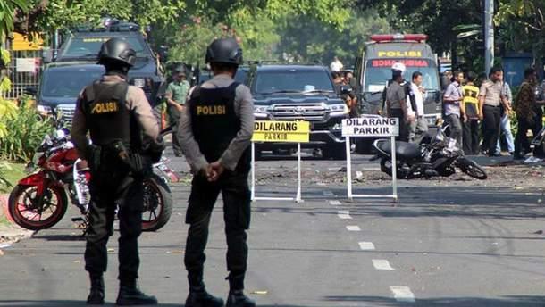 Два человека погибли при взрывах в 3-х церквях вИндонезии