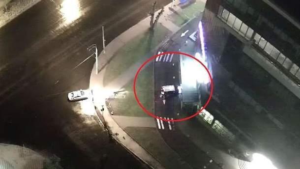 Появилось видео ДТП в Киеве, в которой водитель сбежал, оставив жену и двоих детей в авто