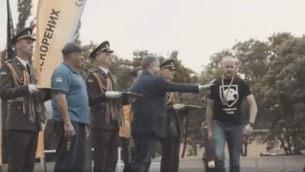 """Ветеран """"Азову"""" не захотів тиснути руки Порошенкові"""