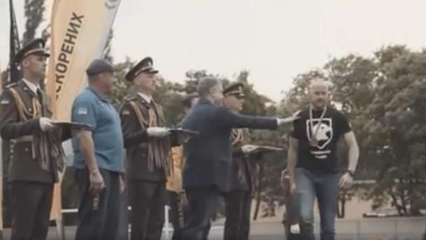 """Ветеран """"Азова"""" не захотел пожать руку Порошенко"""
