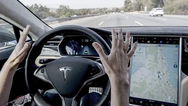 Електромобіль Tesla на автопілоті в'їхав у пожежну машину