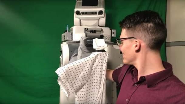 Вчені навчили робота одягати хворих