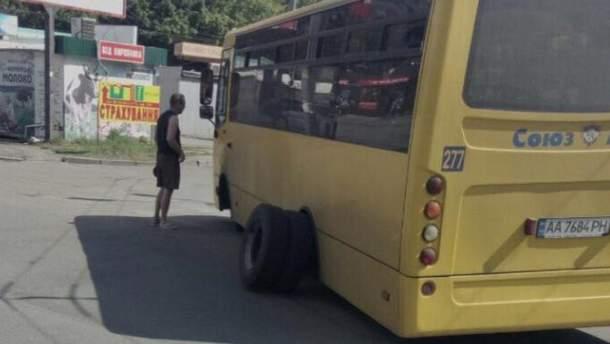 Колеса в автобуса відпали під час повороту