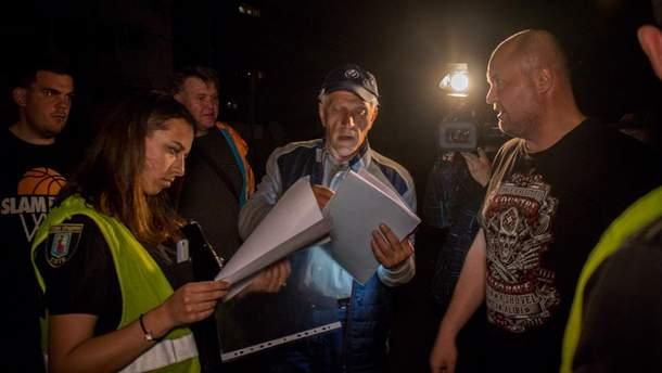 Полиция и коммунальщики подрались с местными жителями в Киеве