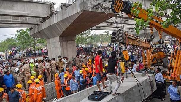 В Индии в результате падения недостроенного путепровода погибли 18 человек