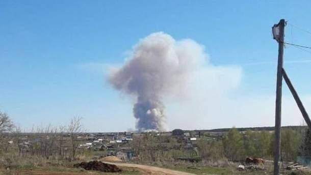 У Росії в селищі Пугачово через пожежу на військових складах вибухають снаряди