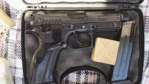 У помешканнях підозрюваних знайшли зброю