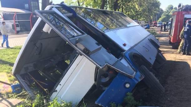 На Буковине пассажирский автобус слетел в кювет: есть пострадавшие