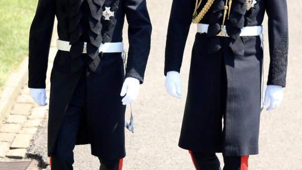 Принцы Гарри и Уильям возле Виндзорского замка идут в часовню Святого Георгия