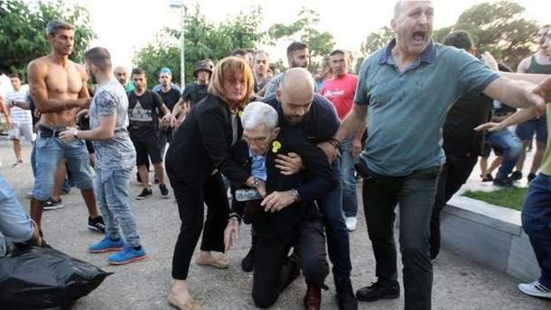 В греческом городе Салоники ультраправые избили 75-летнего мэра города Яниса Бутариса