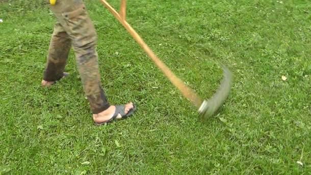 На Луганщине во время кошения травы отец и сын подорвались на взрывчатом предмете