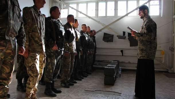 Володимир Безпалий проводить ранкову молитву у військовій частині у Старобільську