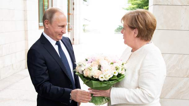 Путін подарував Меркель квіти під час зустрічі