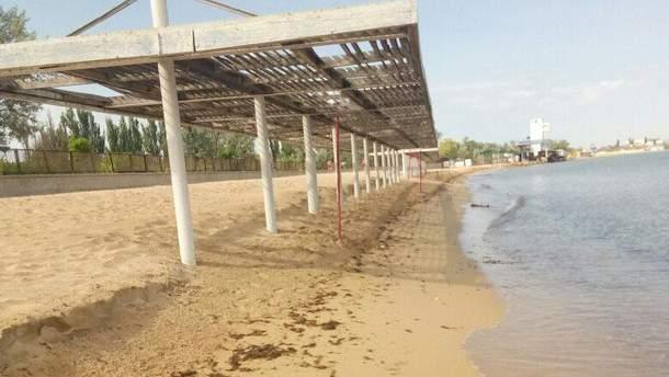 С безлюдных пляжей Крыма воруют песок