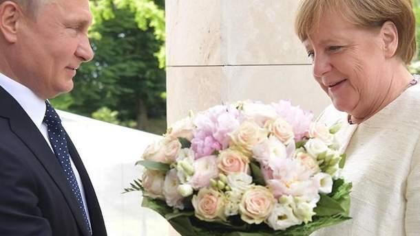 Песков прокомментировал вручение букета цветов Меркель