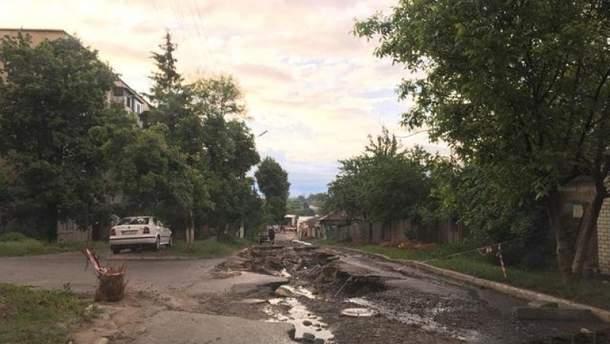 На Харьковщине сильный ливень полностью уничтожил дорогу