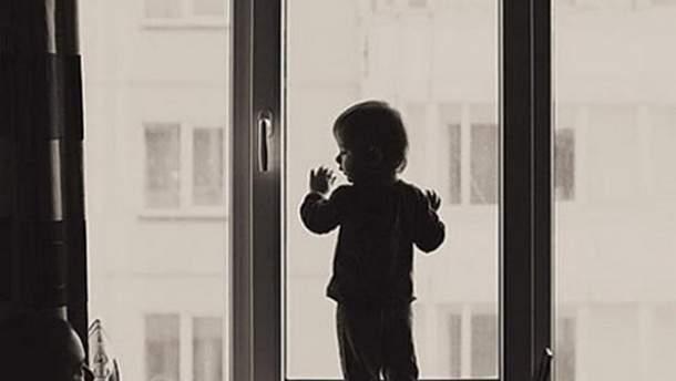 В Днепре 3-летняя девочка выпала из окна пятого этажа прямо на глазах у мамы