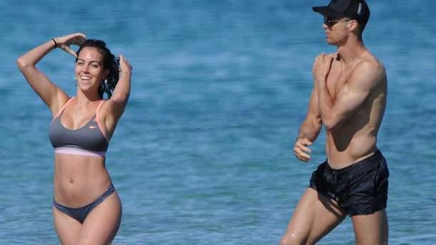 Кріштіану Роналду з коханою відпочили на Ібіці: ніжні поцілунки і веселощі у морі