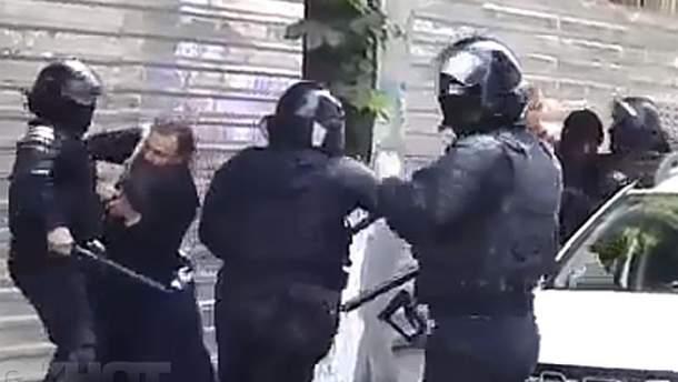 Під час маршу ЛГБТ-спільноти у Кишиневі священник накинувся на поліцейських з кулаками