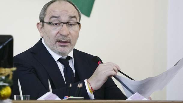 Кернес введет охрану всех школ Харькова после распыления неизвестного вещества
