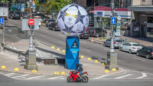 Один из мячей, установленных  к финалу Лиги чемпионов в Киеве, сдулся
