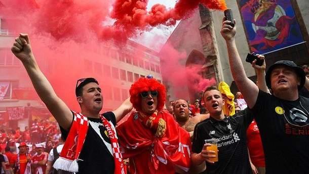 """Как фанаты """"Ливерпуля"""" сходили с ума в самолете по дороге на матч"""