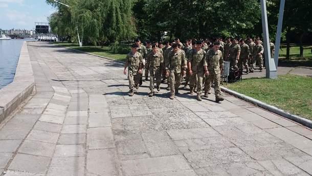 Морские пехотинцы перед Порошенко устроили протест относительно изменения цвета беретов