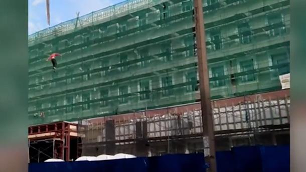 В России строитель сорвался с крана, потому что решил покататься на стропах