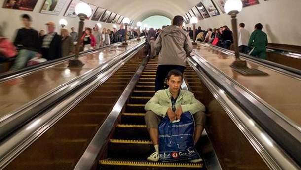 "Ескалатор в київському метро ""зажував"" 5-річного хлопчика"