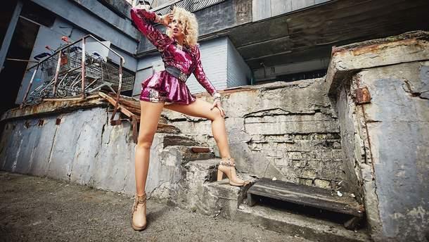 Оля Полякова в блискучому міні представила новий кліп: відео