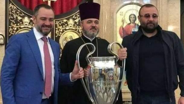 Павелко с кубком Лиги чемпионов в храме