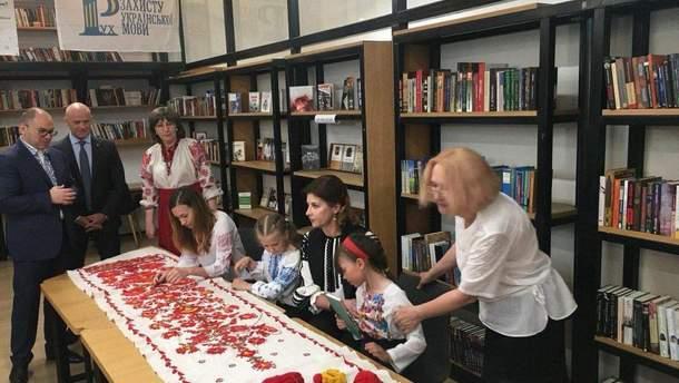 Марина Порошенко і Генадій Труханов вишивають рушники