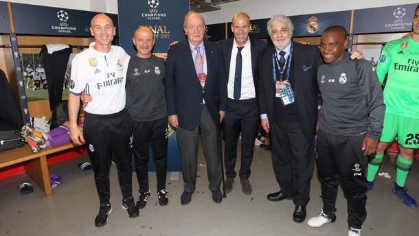 """Король Испании Хуан Карлос (третий слева) вместе с представителями команды """"Реал"""" (Мадрид)"""