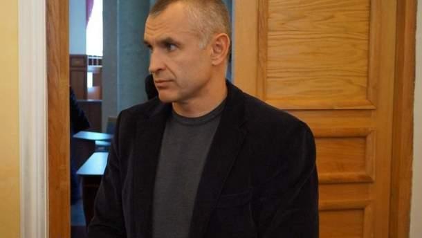 Правоохранители пока не уточняют имени убитого. По предварительной информации, это депутат областного совета Сергей Гура