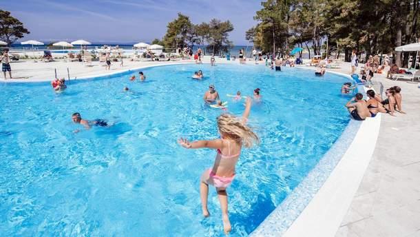 У готельних басейнах може міститися бактерії