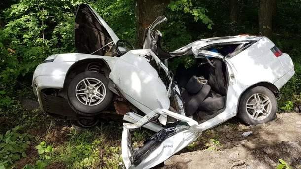 Під Вінницею ВАЗ злетів з траси та в'їхав у дерево: дві особи загинули