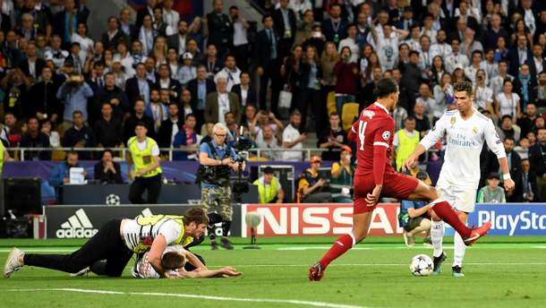 Фанат на поле во время финала Лиги чемпионов