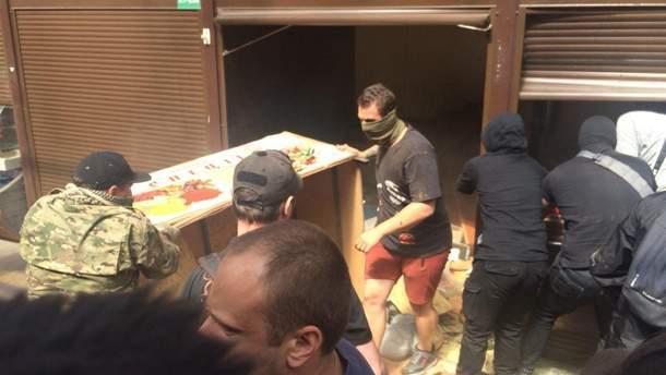 В Киеве активисты С14 крушат киоски на рынке, где избили пенсионера: фото и видео