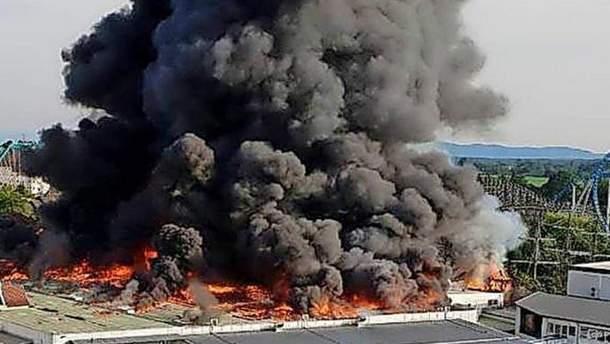 Густий чорний дим не на жарт налякав очевидців пожежі у парку розваг