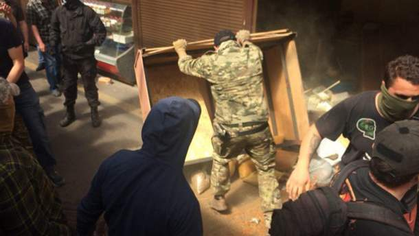 Погром киосков на рынке в Киеве