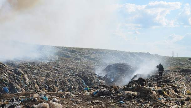 Уже третий день подряд продолжают возникать отдельные очаги тления мусора
