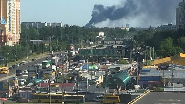 Неподалеку от Киева горит склад со вторсырьем
