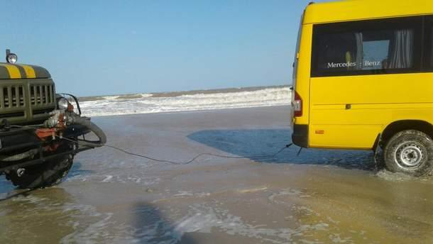 На Запорожье десяток автомобилей попали в водную ловушку